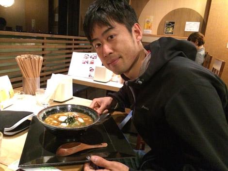カレーそばを食べる橋本先生