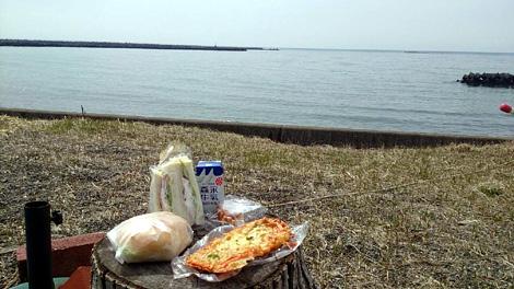 海を眺めながらの朝食